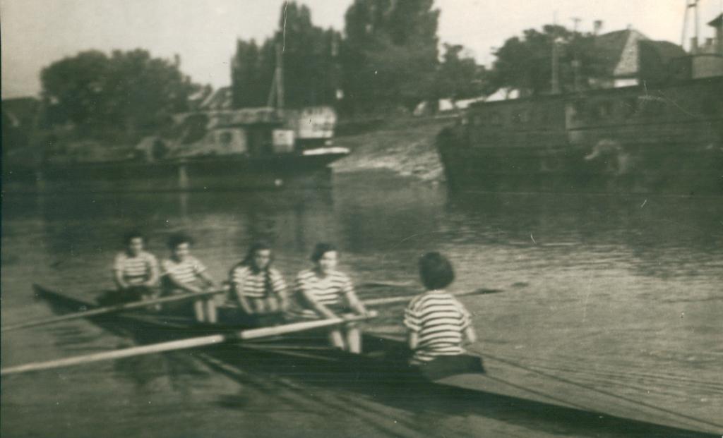 Ženski četverac sa kormilarom, 1954.